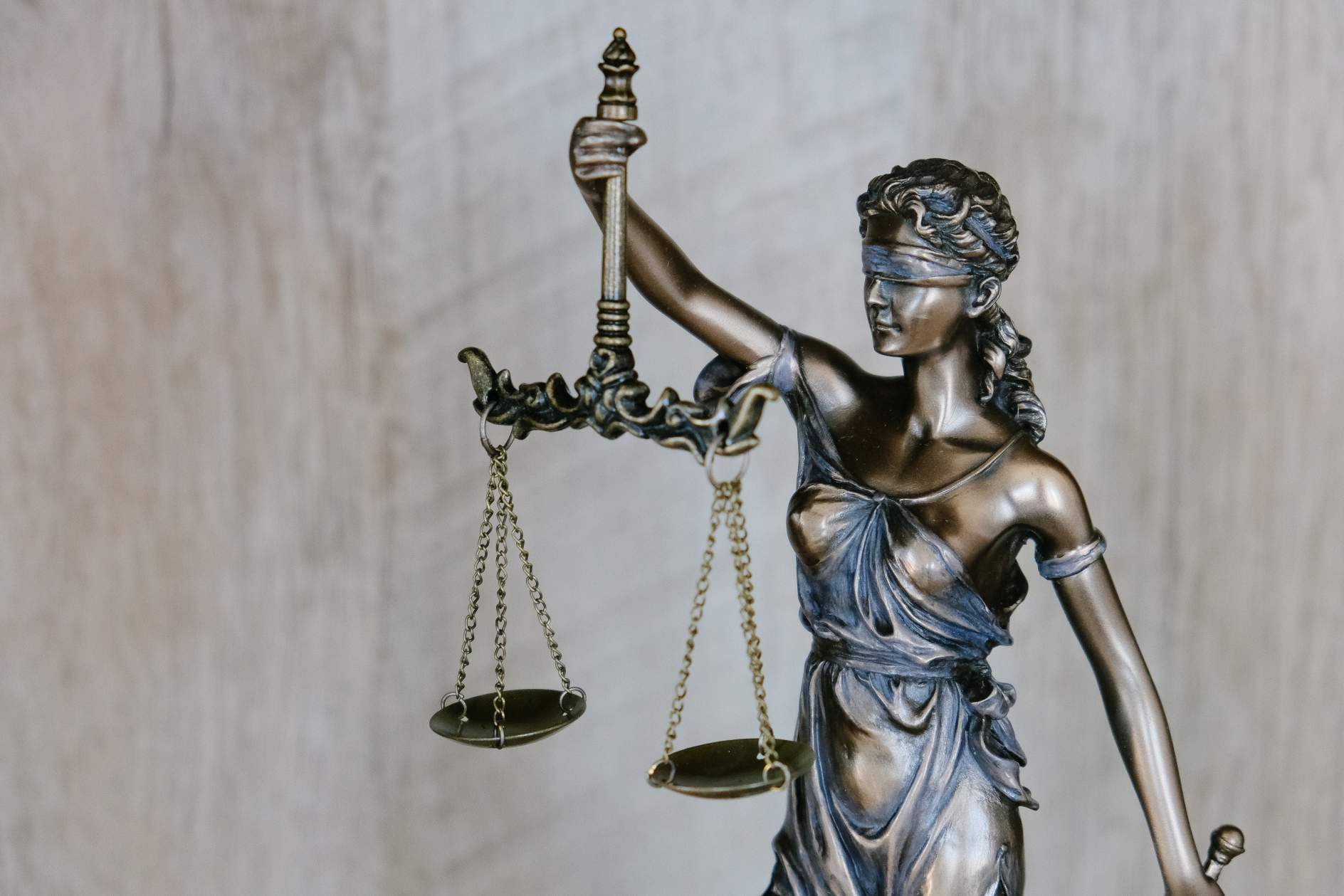statue of the scales of justice - illustrating digital disruption in legal sector